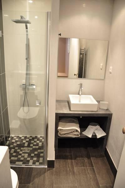 Rhona mitra salle de bain sexe