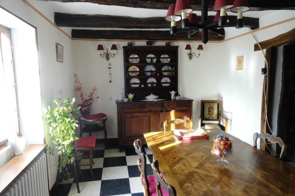 Salle à Manger séparée avec meubles anciens