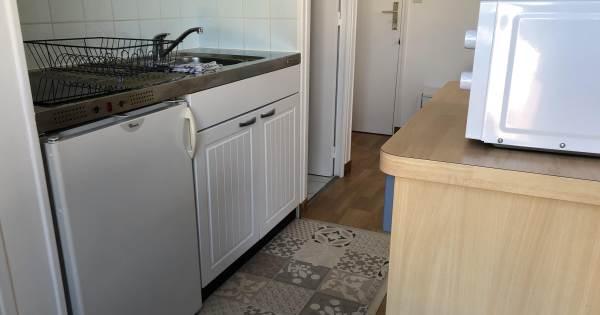 Kitchenette équipée : Four, Plaques vitrocéramique, Four Micro-ondes, Réfrigérateur