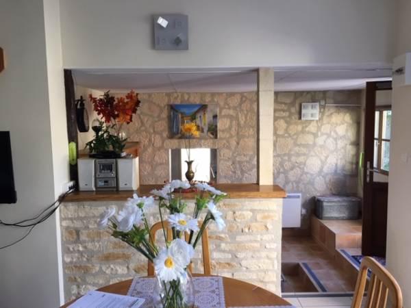 salon / séjour avec accès à la cuisine depuis l'entrée