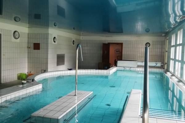 piscine interieure chauffée avec hydrojets,jaccuzzi, contre courant