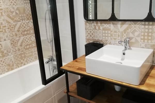 """salle de bains contigüe à la chambre """"le Grenier"""""""