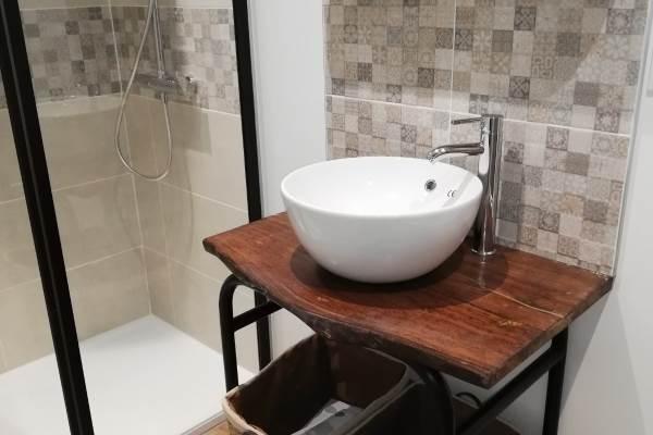 """salle d'eau attenante a la chambre i°étage """"la fenière"""""""