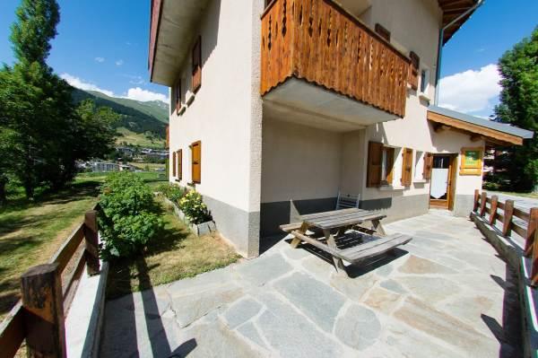 La terrasse principale exposée sud est utilisable en hiver et en été.