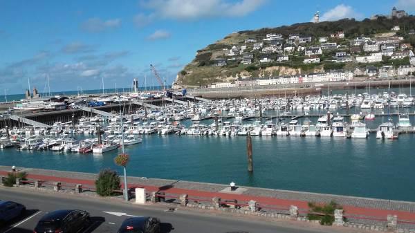 La Goélette, vue du séjour sur le port de plaisance et la falaise Cap Fagnet