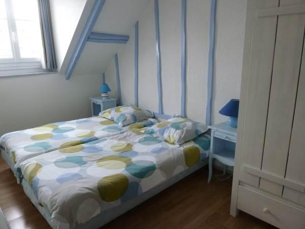 La Goélette, chambre 2 : 2 lits jumeaux, fenêtre sur plaisance