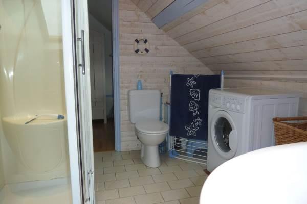 La Goélette : salle de bain avec lavabo, douche et WC, lave-linge à disposition