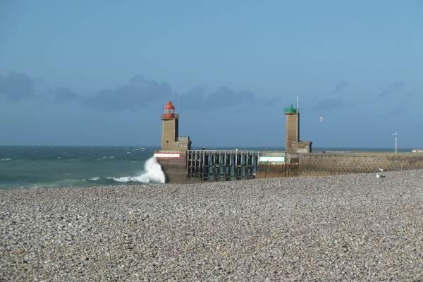 FECAMP : la plage de galets et l'entrée du port