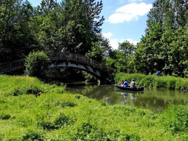 Passerelle enjambant une conche dans le Marais mouillé vers Le Vanneau