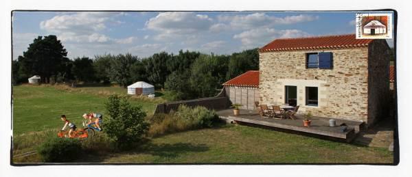 Yourte et maison en bords de Loire