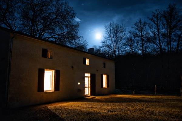 La maison un soir de pleine lune.