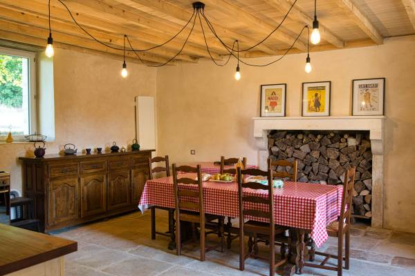 La cuisine tout équipée avec une grande table pour y prendre vos repas.