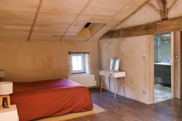 Grande chambre de 24m2 avec un lit de 160x200, un canapé BZ, une salle d'eau avec douche à l'italienne, WC indépendant.
