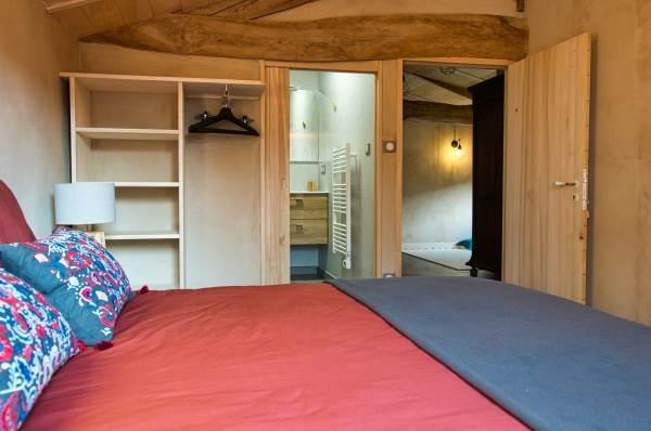 Chambre de 11m2 avec vue sur la rivière. Au choix, 2 lits de 80x190 ou 1 lit de 160x190.  Vue sur la salle d'eau, WC et le palier avec le filet.