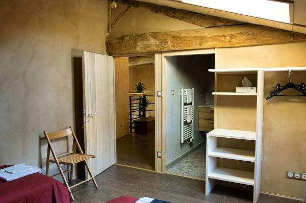Chambre de 11m2 avec au choix 2 lits de 80x190 ou 1 lit de 160x190. Salle d'eau et WC. Vue sur cour depuis la façade.