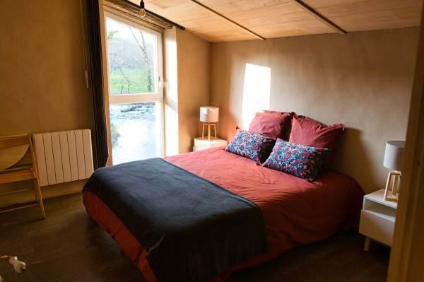 Chambre de 11m2 avec vue sur la rivière. Au choix, 2 lits de 80x190 ou 1 lit de 160x190. Salle d'eau et WC.