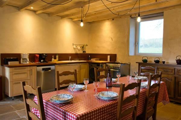 La cuisine équipée : 4 feux gaz, four, machine à laver, lave-vaisselle, frigo avec congélateur, vaisselle, cafetière, machine à expresso, bouilloire, grille-pain, nombreux rangements... Une grande table pour y prendre vos repas.