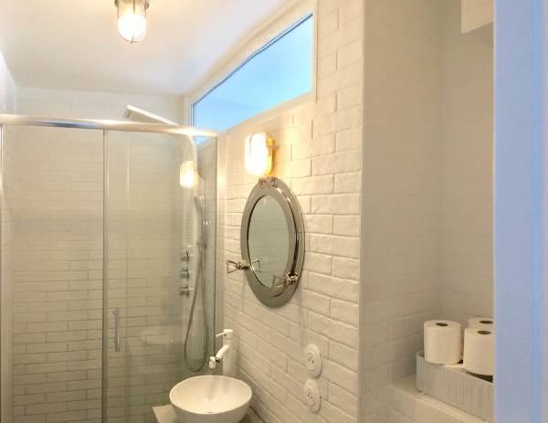 La salle de bain avec sa douche à cascade et à jets, du bonheur..