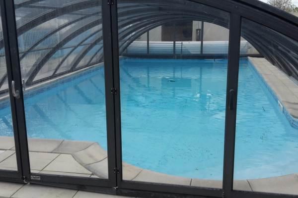 La bassin fait 10 m x 5 m. Hauteur sous l'élément le plus grand 1.75 m