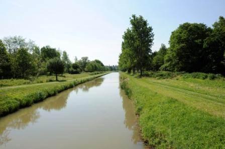 à vélo, ou à pied,le canal à 6 km