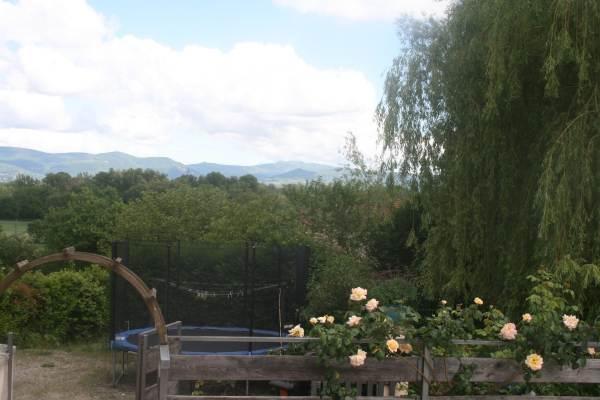 Le trampoline devant les montagnes du Bugey