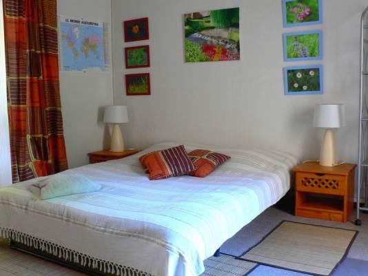 La chambre à coucher avec accès à la terrasse et au jardin