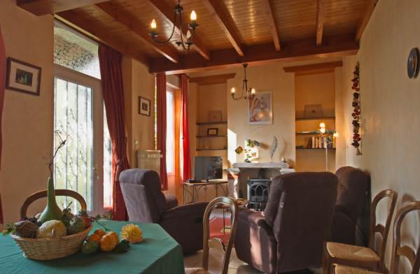 Salon, salle à manger, vue sur la terrasse