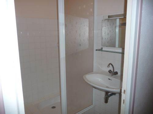 Salle d'eau coin douche + lavabo