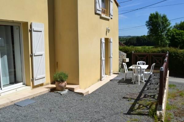La terrasse avec salon de jardin