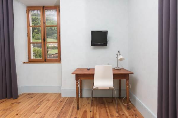 Chambre 7 - bureau et tv