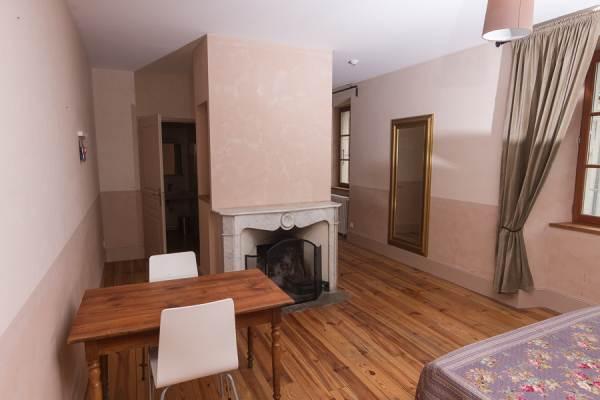 Chambre 8 - bureau et cheminé