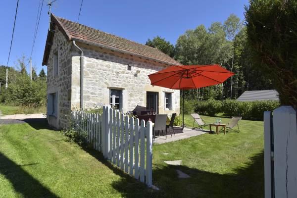 Maison en pierre du pays typique de notre région avec sa terrasse bois plain sud