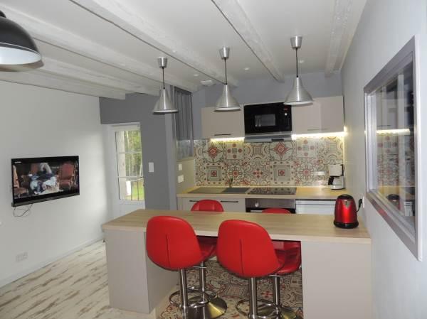 cuisine intégrée et salon avec TV