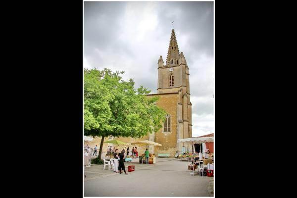 L'église Saint Cyr et sa place (Arçais)