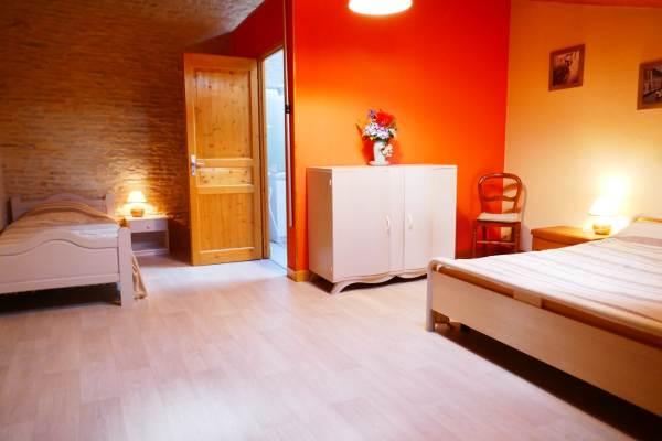 Chambre à l'étage avec un lit en 140 et un lit en 90