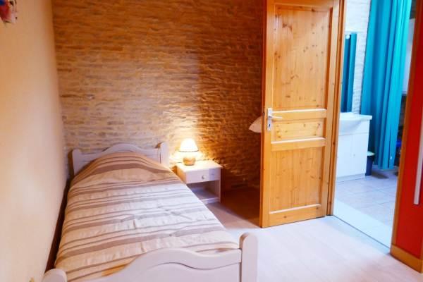 Chambre avec un lit en 90