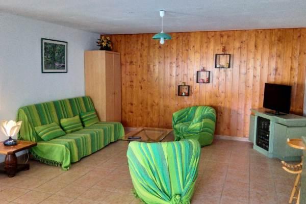 Le salon avec canapé clic-clac