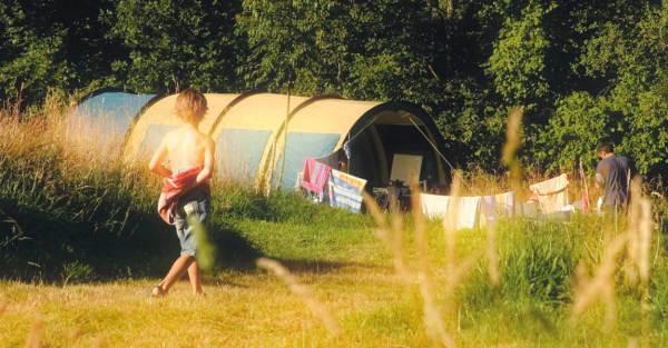Jongen op camping