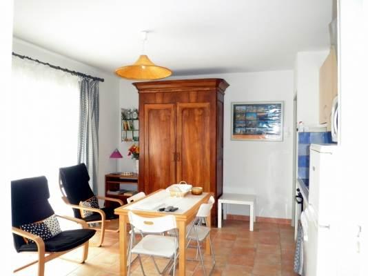 Salon donnant sur la terrasse couverte de 13m2 et cuisine