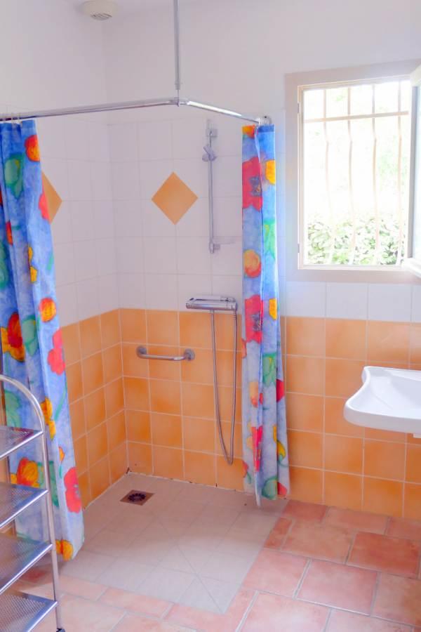 Douche à l'italienne , lavabo,  salle d'eau entierement carrelée