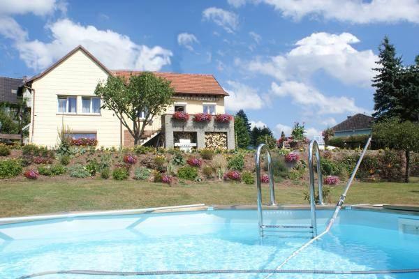 Vue du gîte en rez de jardin avec la piscine