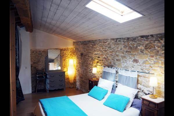 Une chambre principale en mezzanine avec un lit en 160*200, commode, coiffeuse