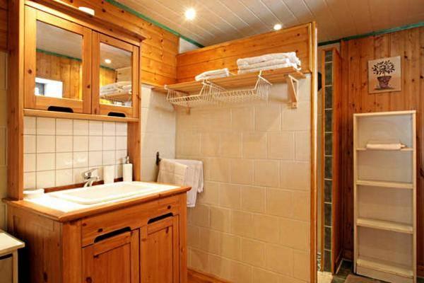 Une belle salle d'eau avec douche à l'italienne, serviettes, sèche cheveux