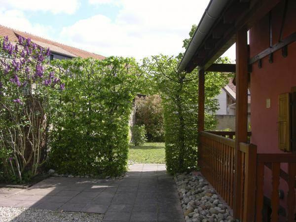 Passage sous les charmes entre cour et jardin