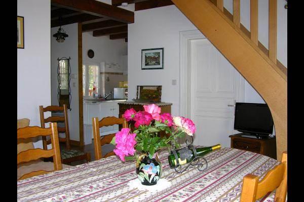 La salle à manger, au fond la cuisine, à droite l'escalier vers le premier étage