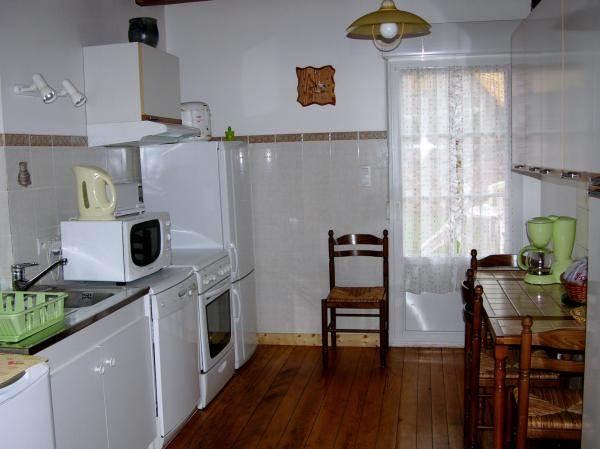La cuisine, la porte donne sur la terrasse couverte
