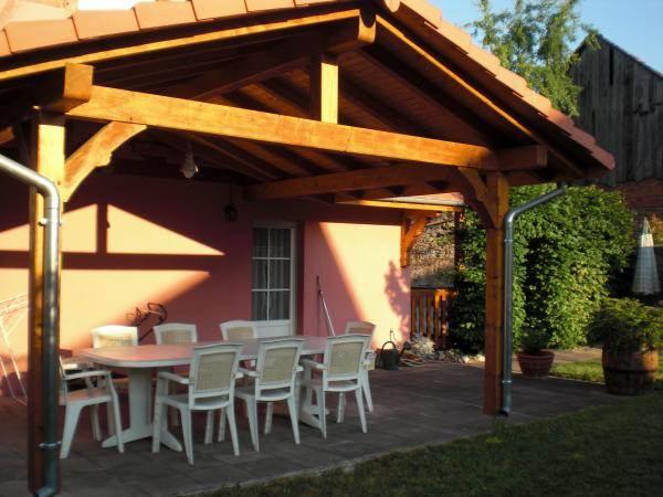 Terrasse couverte coté jardin à l'est donnant sur la cuisine
