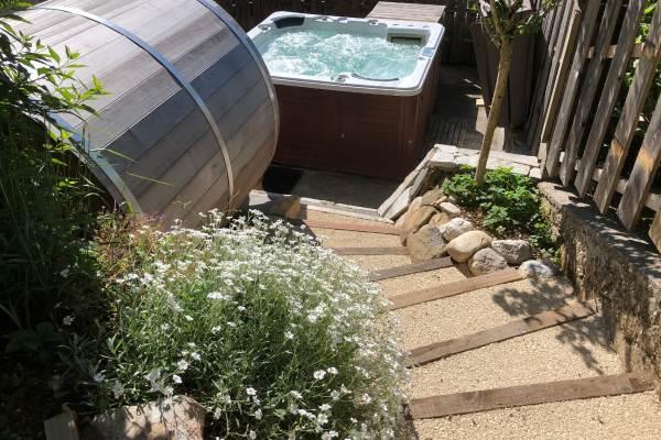 Escaliers donnant sur la piscine chauffée