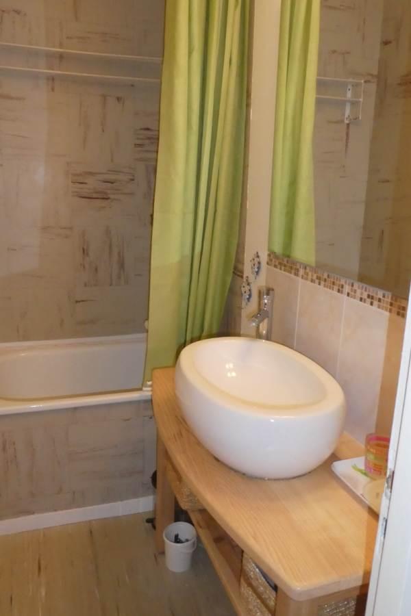 Salle de bain (vasque, baignoire-sabot, douche)