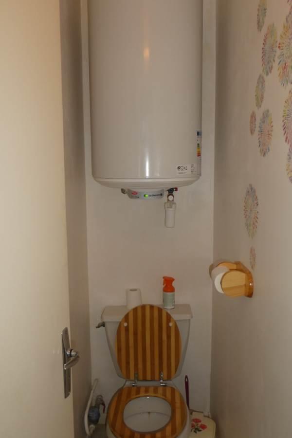 WC à l'écart de la salle de bains
